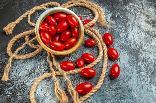 Pomodorini rossi vista dall'alto con corde