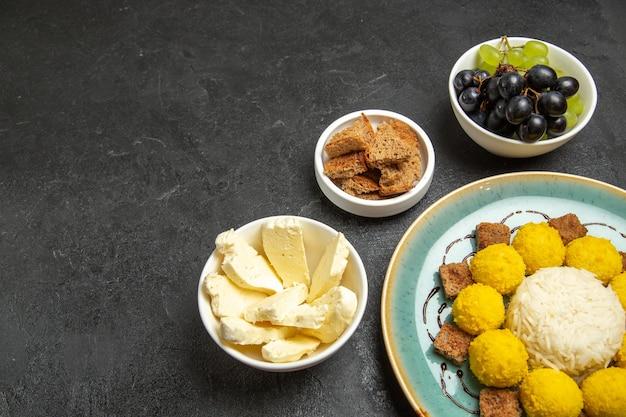 暗い背景に白いチーズとブドウのハーフトップビュー甘いおいしいキャンディーフルーツキャンディーティー甘いグッディースイート 無料写真