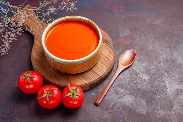 Вкусный томатный суп со свежими помидорами на темном столе, вид сверху, томатный соус, блюдо, соус
