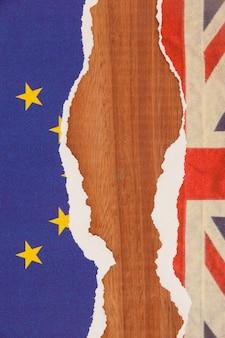 半分引き裂かれたユニオンジャックと欧州連合紙フラグ