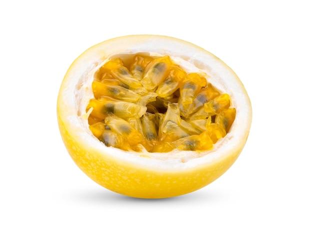 白い背景で隔離の半分黄色のパッションフルーツ