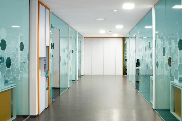 Зал современного начинающего бизнеса с прозрачными стеклянными стенами