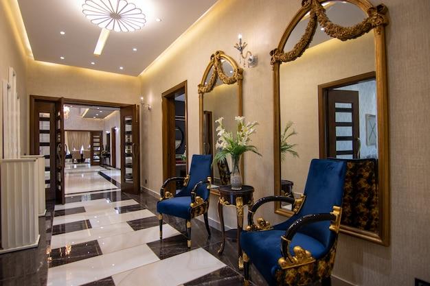 2つの椅子とホール