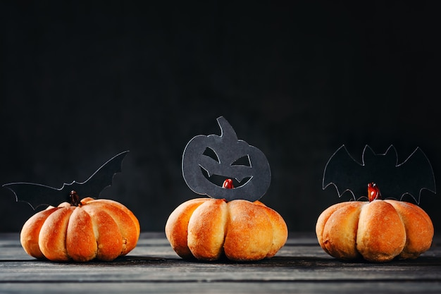 Домашние торты хэллоуин в форме тыквы на темном фоне. hallooween сладости