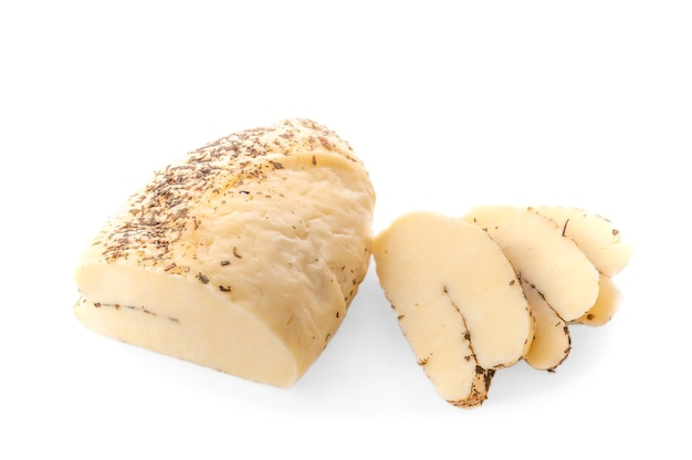 흰색 배경에 향신료 분리 튀김용 할루미 치즈