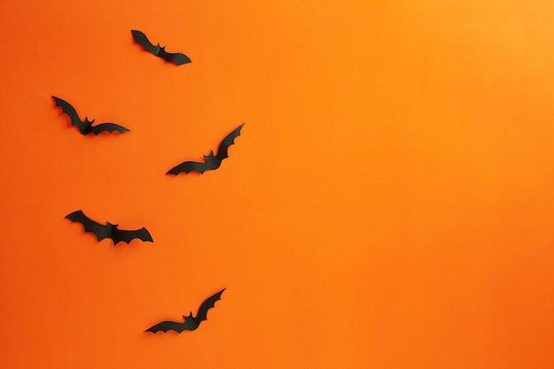 Хэллоуин и украшение концепции бумажные летучие мыши летают