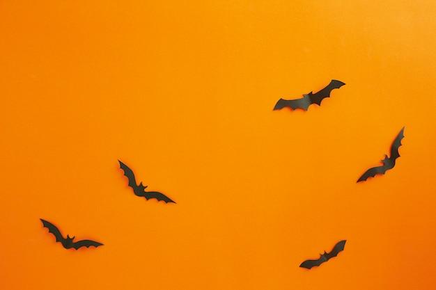 ハロウィーンと装飾の概念紙コウモリが飛んで
