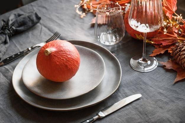 할로윈과 추수 감사절 저녁 장식 낙엽 호박 향신료 회색 접시