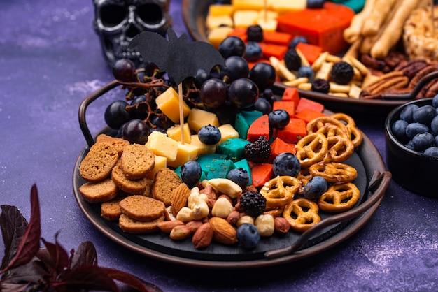 Закуски на хэллоуин. сырная тарелка с закусками