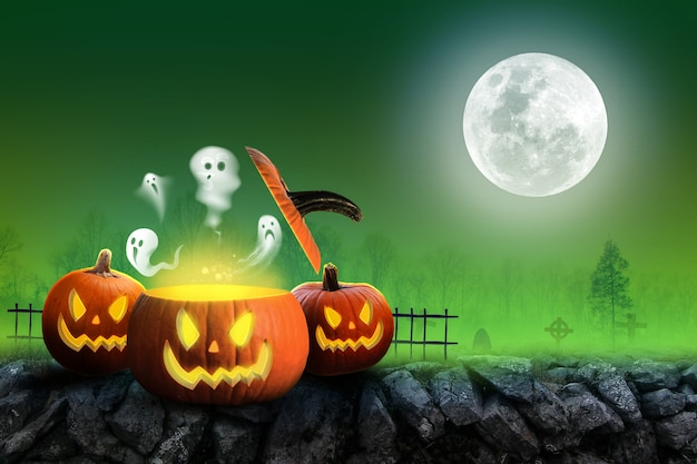 Хэллоуин фон страшные тыквы и темный лес с призрачным зеленым тоном