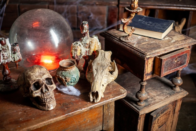 Фон на хэллоуин полки с алхимическими инструментами череп паутина бутылка с ядовитыми свечами рабочее место ведьмака комната со шрамами