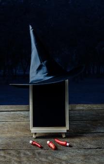 Хэллоуин фон. ведьма шляпа, finger, доске на деревянный пол и темный лес