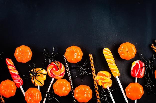 多くのカボチャ、キャンディーの目とクモとハロウィーンの背景
