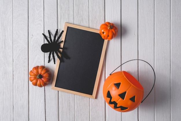 호박, 검은 거미와 나무 바닥 배경에 칠판 할로윈 배경