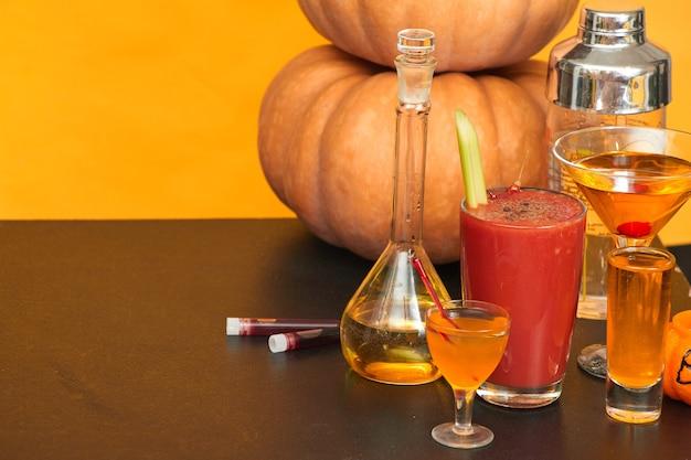 Хэллоуин бар коктейли вечеринка на оранжевом фоне