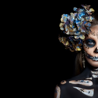 Портрет красоты хеллоуина скелетной женщины смерти, макияж на лице. смерть девушки в костюме хэллоуина. день мертвых. очаровательная и опасная калавера катрина
