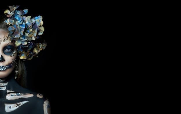 죽음의 해골 여자, 얼굴에 화장의 할로윈 아름다움 초상화. 소녀 죽음 할로윈 의상. 죽음의 날