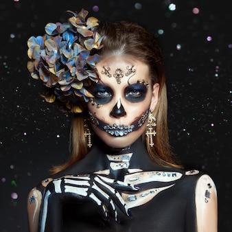 Блеск bokeh стороны состава женщины скелета красоты хеллоуина. смерть девушки в костюме хэллоуина. день мертвых. очаровательная и опасная калавера катрина