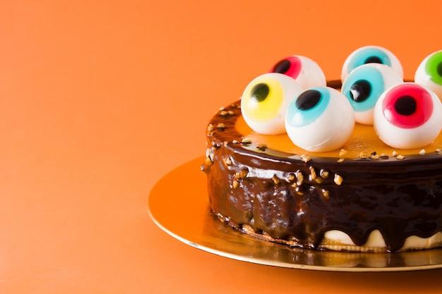 Торт на хэллоуин с украшением в виде леденцов