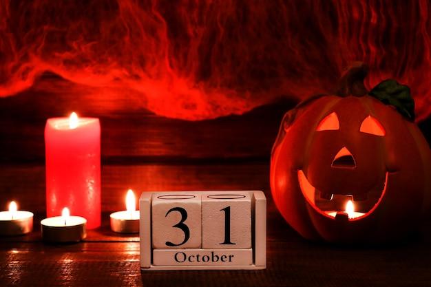 Открытка на хэллоуин с копией пространства календарь от 31 октября jackolatern и свечи