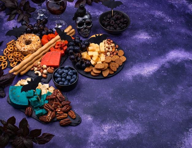 青と赤のチーズとハロウィーンのチーズボード
