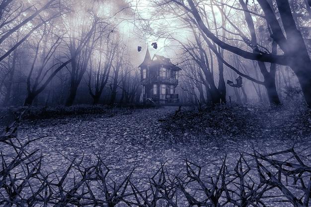 Бесцветный фон хэллоуина. колючие ветки кустов перед туманным осенним лесом и ведьмовским домом. макет для дизайна открыток, плакатов, приглашений