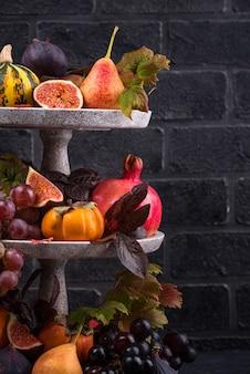 가을 과일과 함께 할로윈 구성