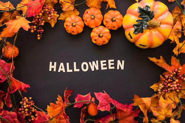Композиция хэллоуина с осенними листьями и буквами