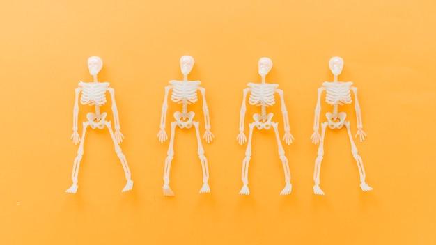 Композиция хэллоуина с четырьмя скелетами