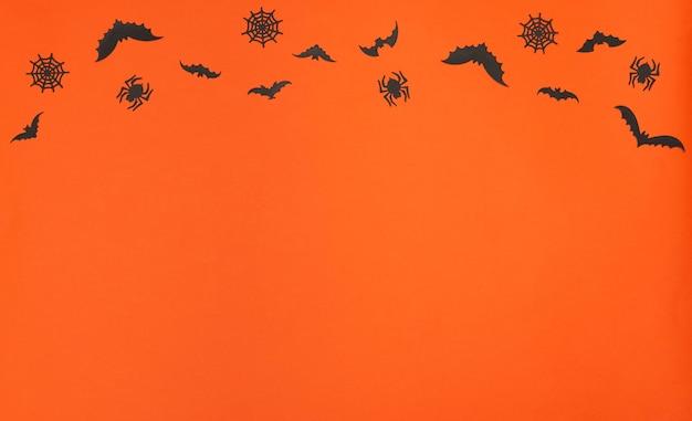 オレンジ色の背景の挨拶または招待カードフラットレイのハロウィーンのコンセプトハロウィーンの装飾