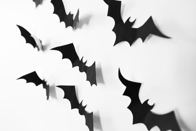 Концепция хэллоуина с украшениями бумажных летучих мышей на белом фоне