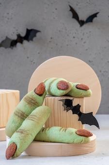 ハロウィーンクッキーアーモンドの爪と緑の指を魔女します。