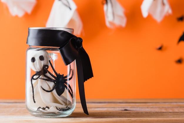 透明な瓶の中のハロウィーンの工芸品