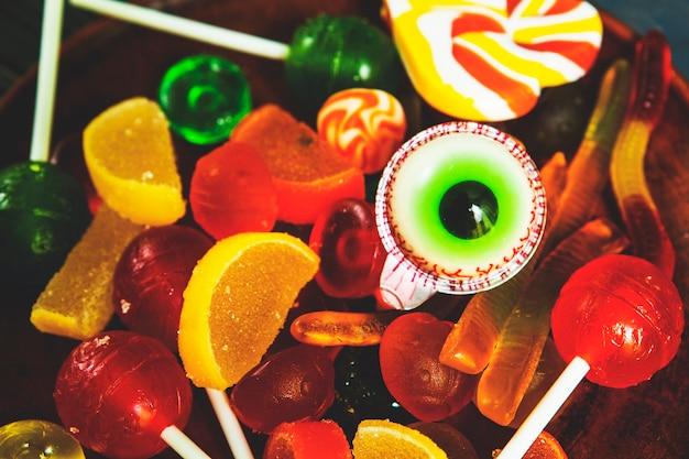 ハロウィーンの不気味な果実ゼリーとキャンディー