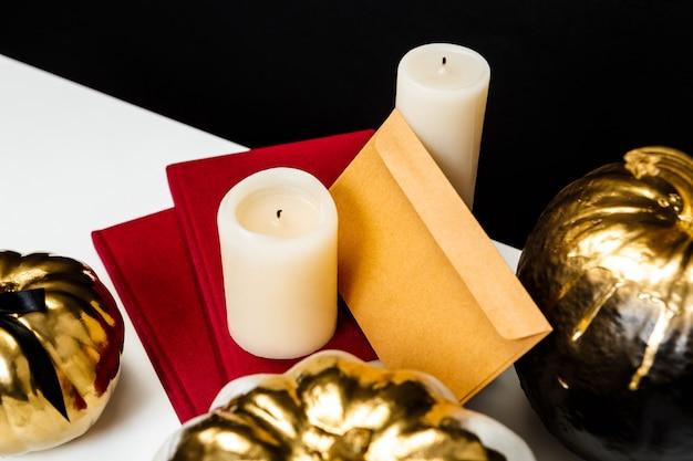 黒い表面に白いテーブルのハロウィーンの装飾