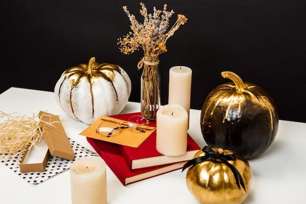 Decorazione di halloween sulla tavola bianca sopra superficie nera
