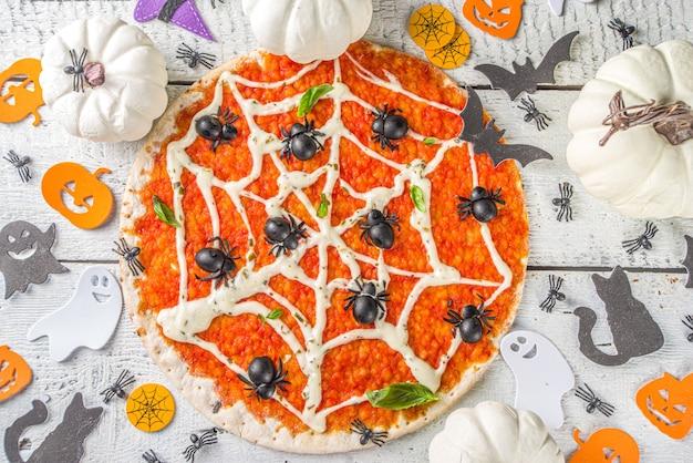 ハロウィーンの装飾が施されたピザ