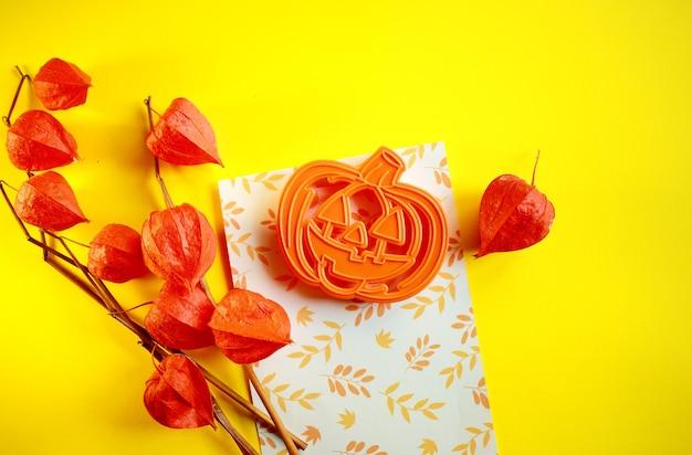 Украшение на хэллоуин и красные листья