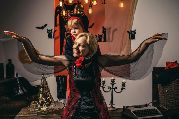 Украшение хэллоуина и страшная концепция для счастливой семьи. концепция праздника хэллоуин - мать и сын