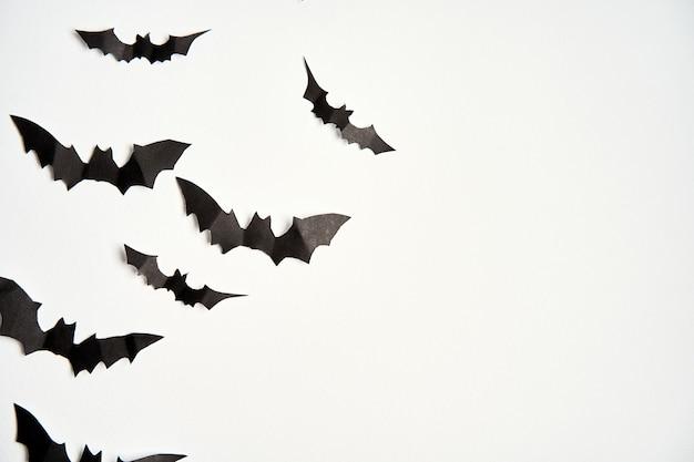 Хэллоуин концепция украшения черная бумага летучие мыши белый картон фон
