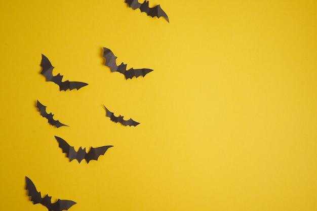 Хэллоуин концепция украшения черные бумажные летучие мыши желтый картонный фон