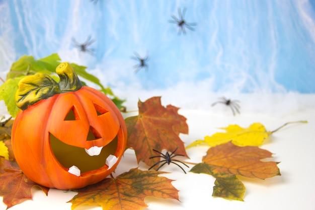 할로윈 장식 개념 호박 머리 배경에 거미와 웹