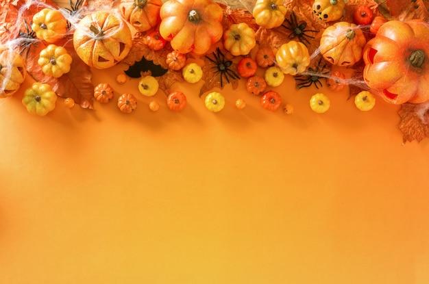 Хэллоуин украшения на оранжевый цвет фона кадра вид сверху с копией пространства