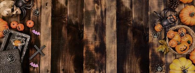 할로윈 장식입니다. 가을과 가을 시즌에 속임수를 쓰거나 치료하십시오. 호박 얼굴과 나무 배경에 무서운 기호입니다.
