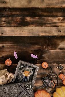 할로윈 장식입니다. 가을과 가을 시즌에 속임수를 쓰거나 치료하십시오. 나무 배경에 무서운 기호입니다.