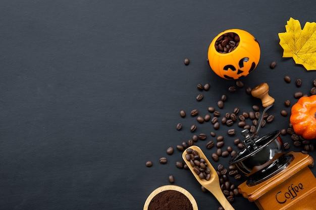 Украшение хэллоуина с горячим кофе и фасолью на темном фоне. плоская планировка. скопируйте место для текста.