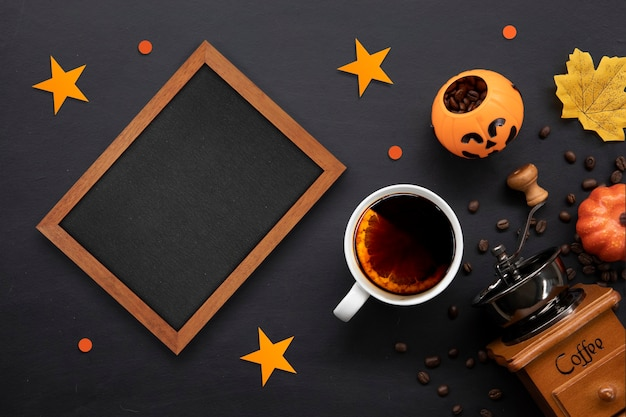 어두운 배경에 뜨거운 커피와 콩을 넣은 할로윈 장식은 텍스트를 위한 공간을 복사합니다.