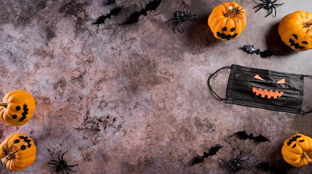 カボチャの紙のバットメディカルマスクとクロガケジグモから作られたハロウィーンの装飾