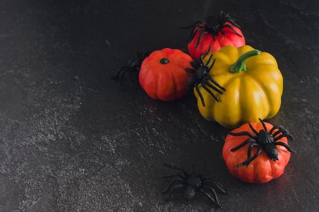 검정색 배경에 할로윈 장식입니다. 장식 오렌지 호박과 거미입니다. 할로윈 개념입니다. 공간을 복사합니다.