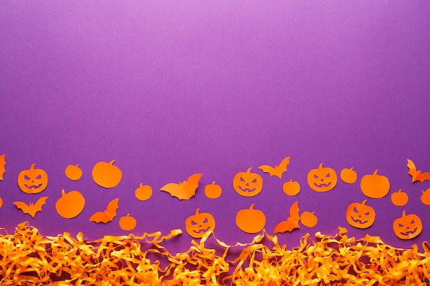 호박, 거미, 박쥐, 보라색 배경에 종이 잭 o'lantern 할로윈 장식. 복사 공간 해피 할로윈 개념입니다.